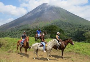 volcan-arenal-cheval.jpg